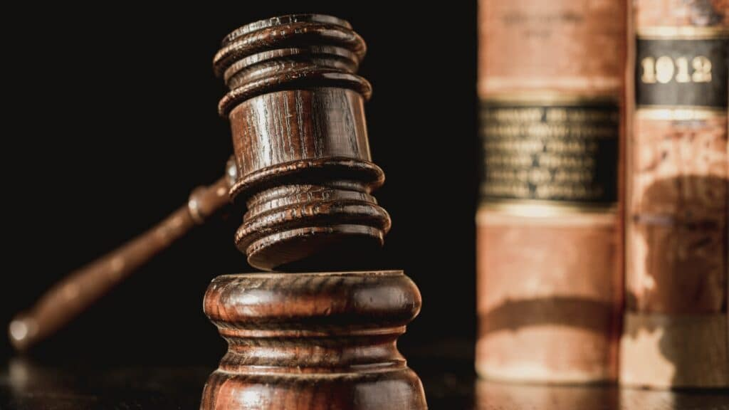 martelletto del giudice e libri di legge
