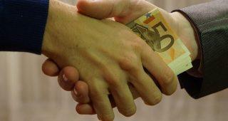 L'appropriazione indebita, secondo l'art. 646 del codice penale, si ha quando qualcuno si appropria del denaro o di una cosa mobile di un'altra persona, procurandosi di conseguenza un ingiusto profitto.